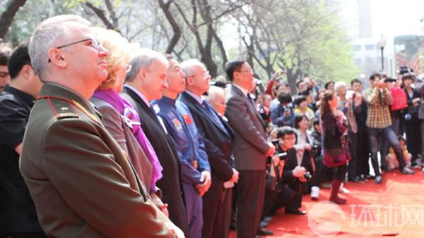 俄罗斯驻华大使杰尼索夫、中国航天员景海鹏少将等观看表演。