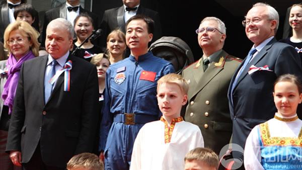俄罗斯驻华大使杰尼索夫、中国航天员景海鹏少将等领导与加加林铜像合影。