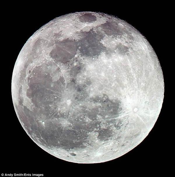 摄影师安迪-史密斯拍摄的一幅精彩作品,展示国际空间站在月球前方穿过的壮观景象。照片中,这个距地面260英里(约合420公里)的轨道前哨变成一个小黑点,就像是夜空