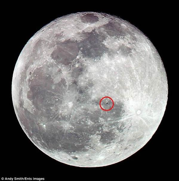 正如照片所呈现的那样,空间站的个头在月球面前根本不值一提。空间站宽358英尺(约合109米),长239英尺(约合72.8米),高66英尺(约合20米),相比之下