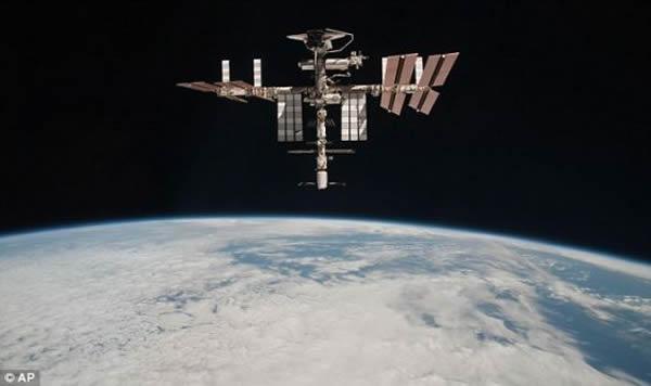 """2011年5月23日,在地球上空掠过的空间站。照片由第27远征队队员保罗-内斯波利在""""联盟TMA-20""""号飞船上拍摄。拍摄时,""""联盟""""号已经完成对接"""