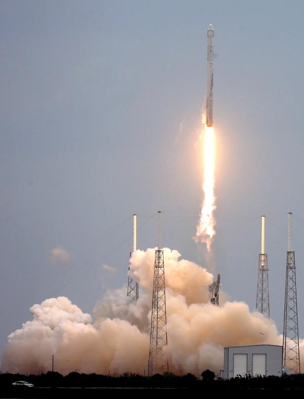 SpaceX火箭在卡纳维拉尔角升空