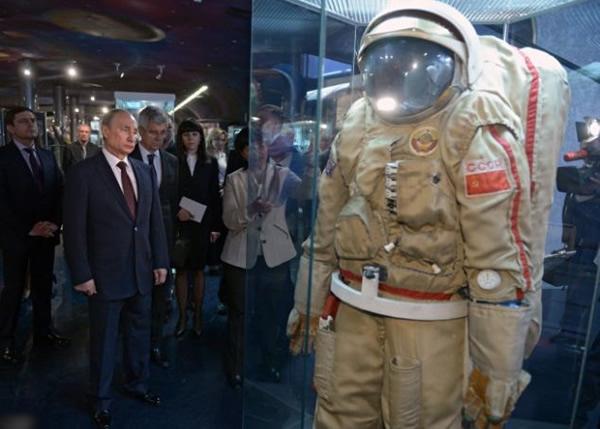 普京参观博物馆