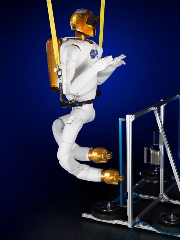 装上双腿后的太空机械人样貌