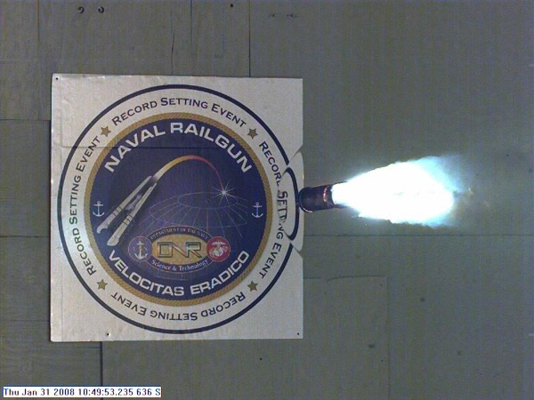 美国海军研发的新武器电磁轨炮发射速度是音速的7倍