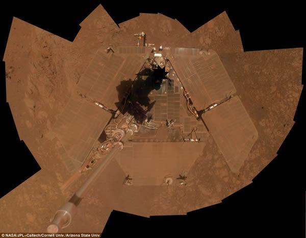 """这张图片显示了2014年1月火星漫游车处于""""肮脏的""""状态,表面积累了厚厚一层尘埃。"""
