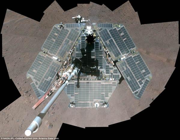这张伪色照片显示了火星表面以及被清洁后的漫游车太阳能电池板。