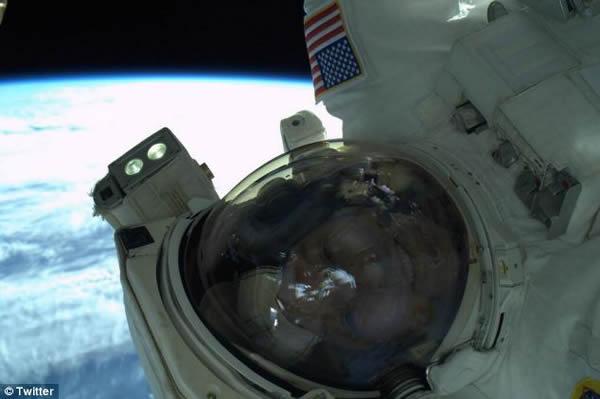 国际太空站两名美国宇航员太空行走后玩起自拍