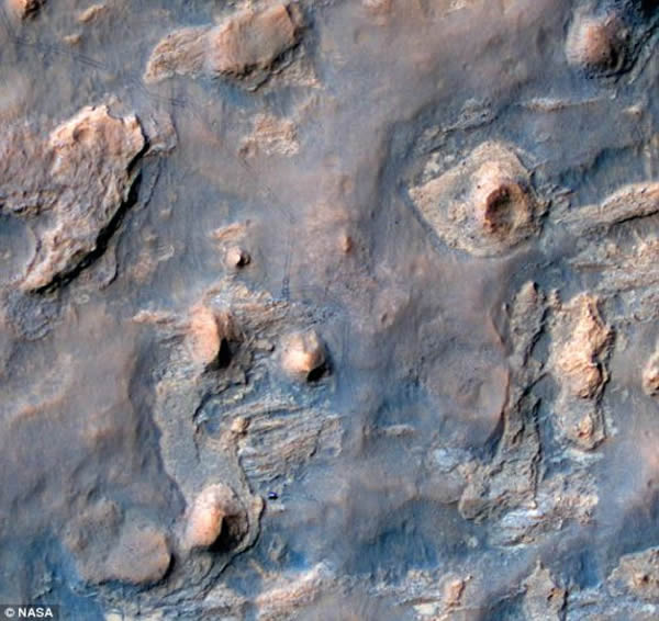 这张图片是由美国宇航局的火星勘测轨道飞行器随机携带的高分辨率成像科学实验相机拍摄的