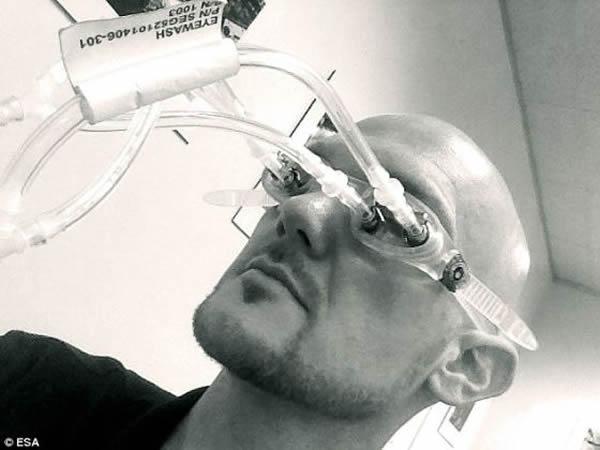 美国宇航局的约翰逊航天中心,欧洲航天局宇航员亚历山大-格斯特正在测试一种专门用来清洗眼睛的太空眼镜