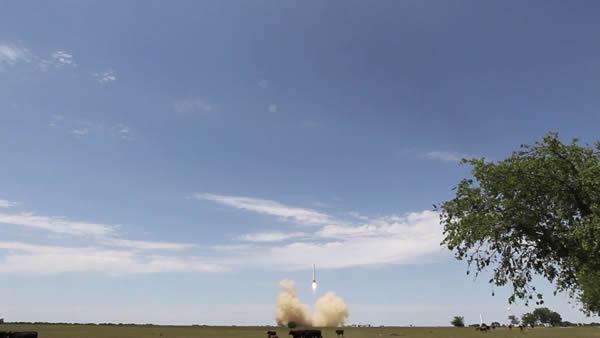 猎鹰9R的广角视图显示了助推器起飞扰乱了周围的牛群