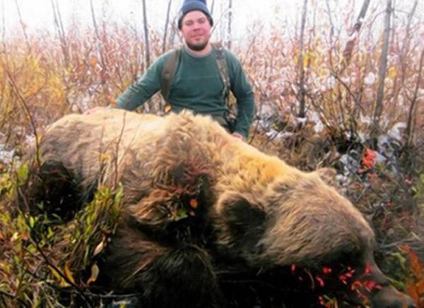 美国阿拉斯加州男子捕获一只巨型灰熊