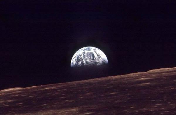 """1968年美国太空人在""""阿波罗8号""""上拍下人类第一张""""地出""""照片。"""