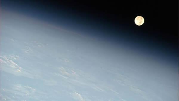 从国际空间站看去,月亮出现在地球地平线的附近。图片拍摄于2011年5月17日。