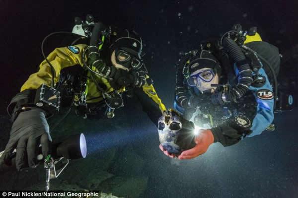 潜水员阿尔贝托-纳瓦和苏珊-伯德正在运送这个头骨到一个水下转盘,目的是拍摄获得头骨3D模型。