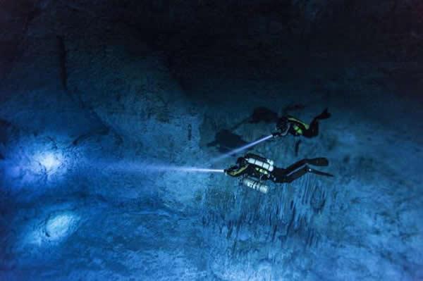 潜水员阿尔贝托和苏珊正在墨西哥尤卡坦半岛的水下洞穴里探索,在这里发现了纳亚头骨。