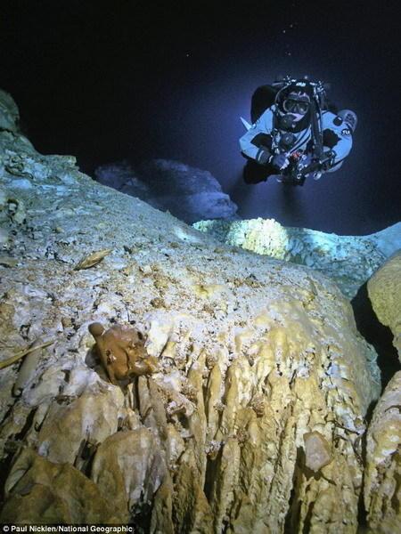 Hoyo Negro水下洞穴是墨西哥金塔纳罗奥州一个黑色深渊,充满着深不可测的海水。潜水员使用水下推进设备,例如:滑行艇,行进1220米才能穿过这个水下通道。