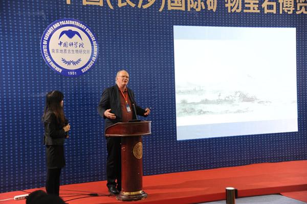 美国图森国际矿物宝石展组委会主席彼得.美高做报告