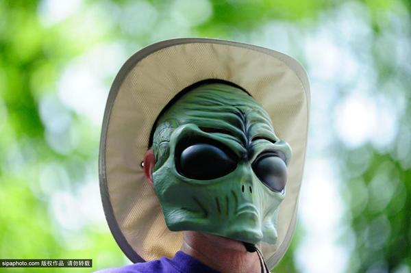 美国俄勒冈州第15届麦克梅南明UFO节大游行纪念1950年拍到盘旋的飞碟