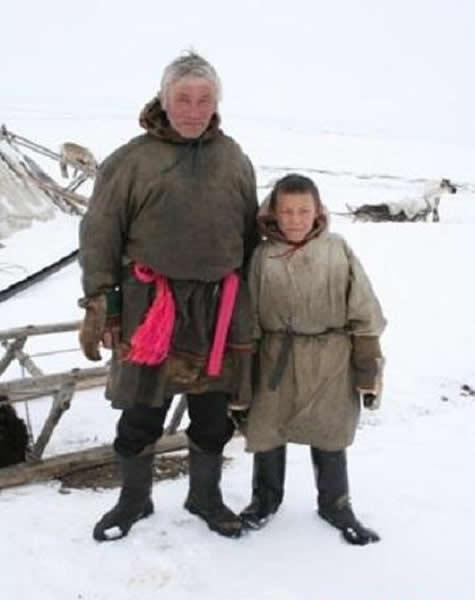"""这只猛犸象的遗骸是被驯鹿牧民Yuri Kudi和他的儿子发现的。猛犸象宝宝柳芭的名字来自于Yuri妻子的名字,她的名字在俄罗斯语中有着""""爱""""的意思。"""