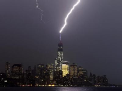 闪电击中尚未完工的美国世贸中心第一座