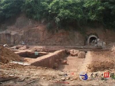 南京老虎山发现古代人类遗址 有疑似石桌和石凳的物件