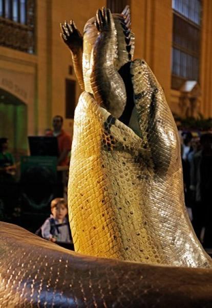 泰坦巨蟒吞噬鳄鱼