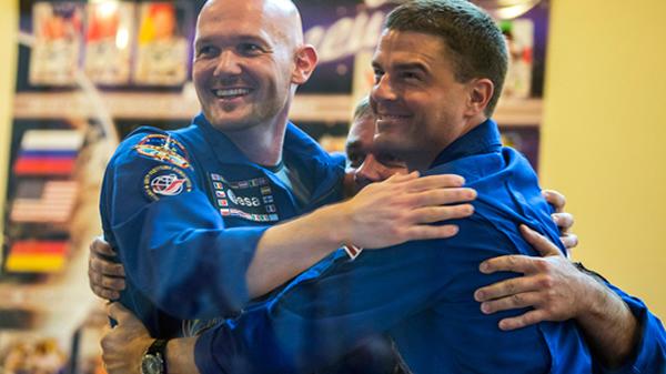 俄罗斯、美国以及德国宇航员拥抱表明太空事业无国界之分