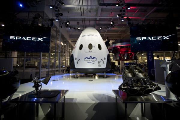 """SpaceX公司公布第二代载人""""龙""""飞船设计方案,舱内最多可载7人。"""