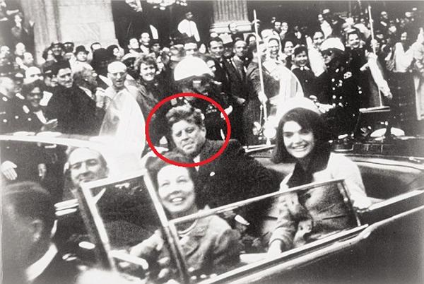 美国总统肯尼迪(红圈)1963年在德州遇刺身亡