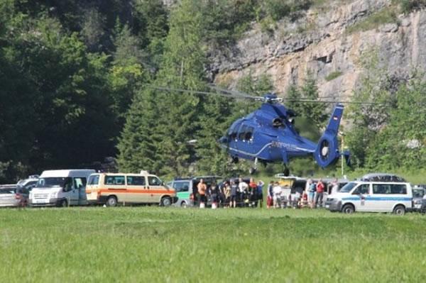 德国岩洞专家陷阿尔卑斯山脉1千米深岩洞 200人拯救