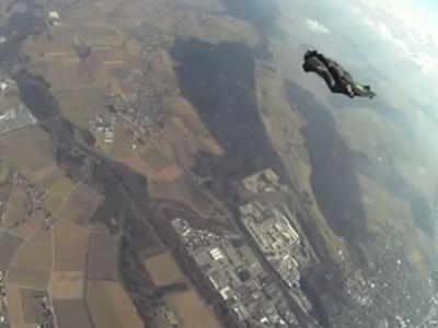 瑞士男子8千米高空无氧跳伞刷新世界纪录