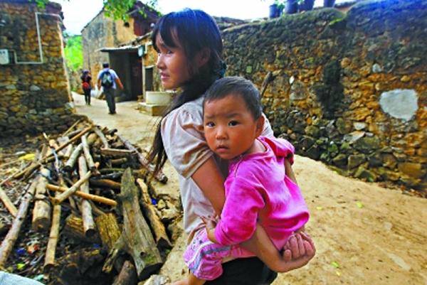 """冲着""""化石村""""而来的游客,老旭甸的人们都会友好相迎,介绍村子的来历。"""