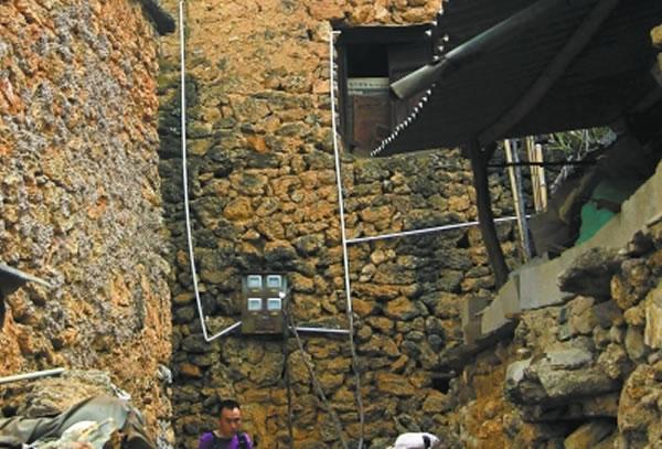 房子虽然是化石搭建的,但水、电已经通进村子,人们的生活条件在不断改善。