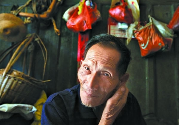 周绍强老人在村里住了一辈子,女儿们嫁人离开了这里。但对于他来说,离开村子进城生活是决然不会的。