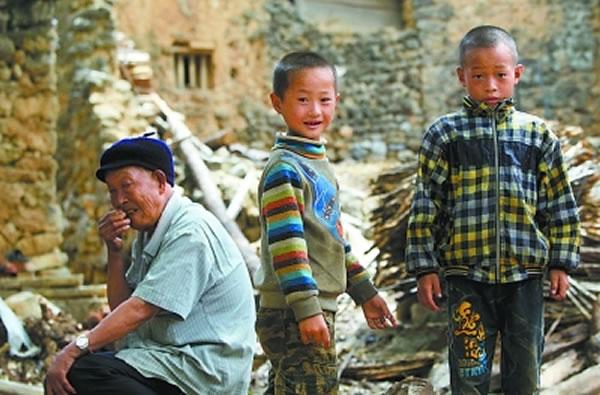 老人们选择留守,孩子们随着年龄的增长,注定会离开。