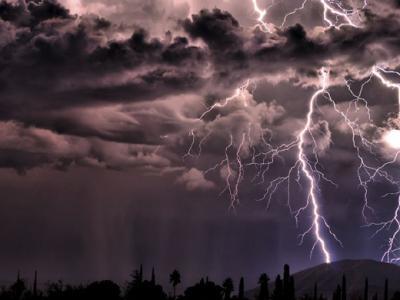 美国业余摄影师在亚利桑那州拍摄的壮观闪电
