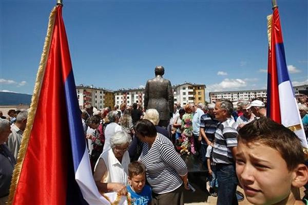 群众聚集在塞拉耶佛参与纪念活动