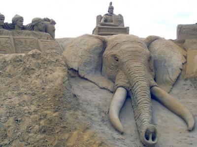 英国艺术家到世界各地旅游同时创造各种令人惊异的沙雕艺术