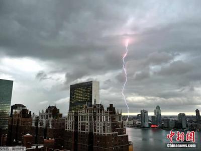美国纽约遭闪电袭城