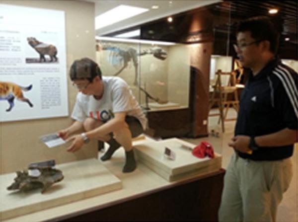 标本馆馆长刘金毅(右)与古动物馆馆长王原一起布展