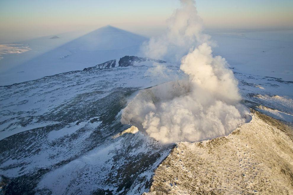 伊里布斯峰在罗斯海投下长长的影子。伊里布斯峰是南极洲最活跃的火山,也是全世界拥有永久熔岩湖的少数几座火山之一。