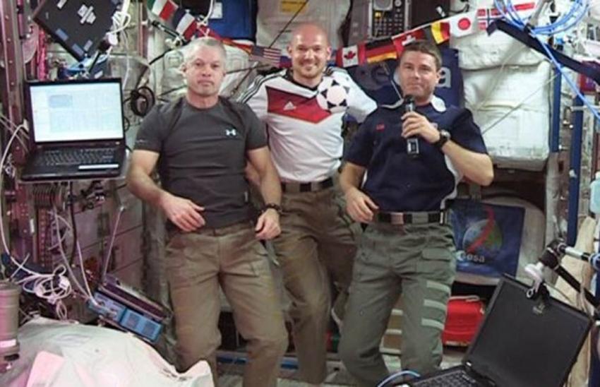 德国宇航员在空间站内穿上德国国家队队服为国家队打气