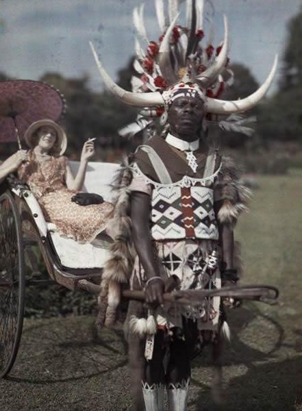 在南非德尔班,一名祖鲁人为他的雇主拉着三轮车