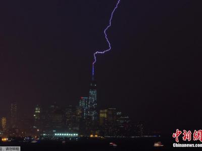 闪电击中美国世界贸易中心大楼