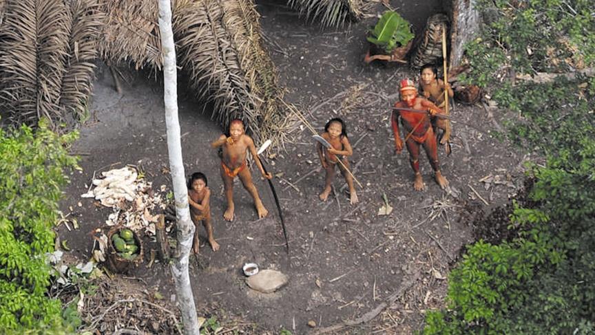 2010年,一个原始部落的居民在看飞机飞过。