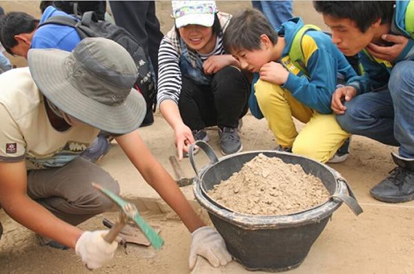 孩子们到访发掘现场