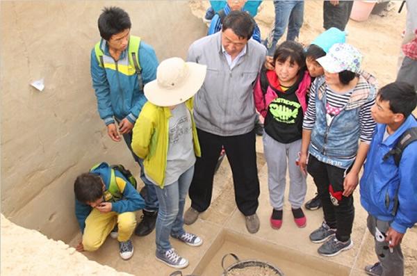 考古队员与孩子们互动