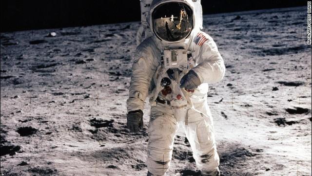 在阿波罗11号任务时,奥尔德林正在月球表面行走。