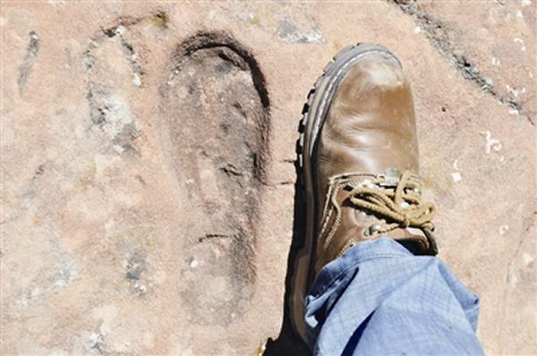 青海祁连:谁在岩石上留下神秘脚印